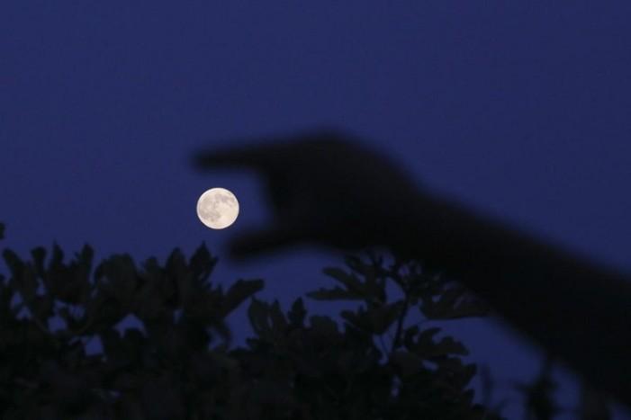 Το Blue Moon φωτίζει τη νύχτα – Η μαγευτική 2η πανσέληνος του Ιουλίου στον Αττικό ουρανό [εικόνες]