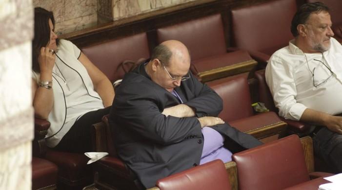 Με πήρε ο ύπνος κι έγειρα στης Βουλής τα έδρανα – Τα «είδαν όλα» οι βουλευτές στην ολονυχτία – Φωτογραφίες από το παρασκήνιο