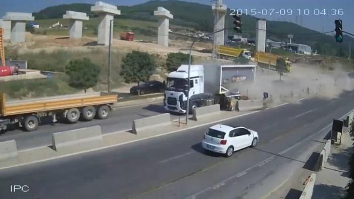 Σώθηκαν από θαύμα – Φορτηγό συνθλίβει αυτοκίνητο με 7 επιβάτες (Video)