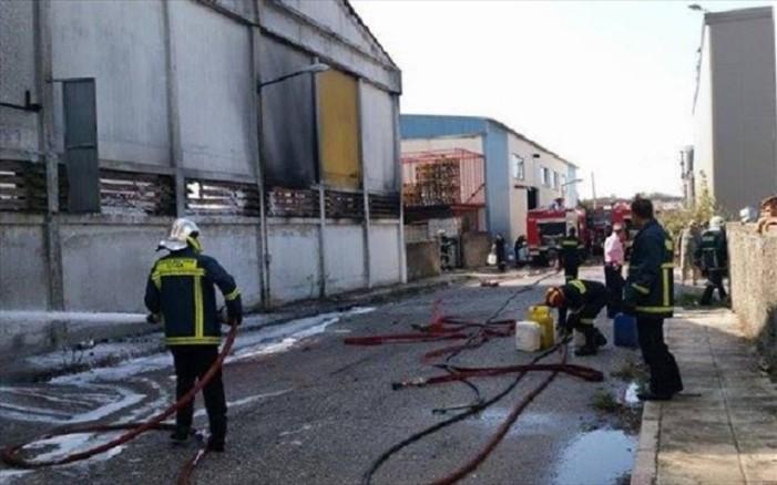 Ένας νεκρός από τη φωτιά στο εργοστάσιο χρωμάτων στη Θεσσαλονίκη