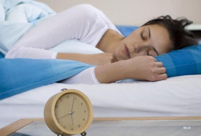Ο εγκέφαλος «καθαρίζει» καλύτερα όταν κοιμόμαστε στο πλευρό