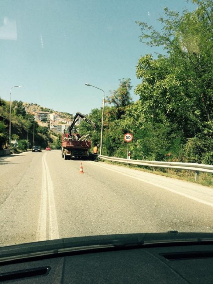 Συμβαίνει τώρα: Έργα συντήρησης στα φώτα έξω από την Καστοριά(φωτογραφίες)