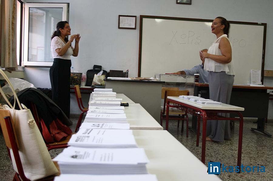 Χαμογελαστή ψηφοφόρος στο 5ο Δημοτικό σχολείο Καστοριάς