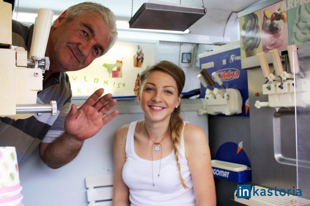 Ο Λάκης με την κόρη του Κρυσταλλία στο βανάκι