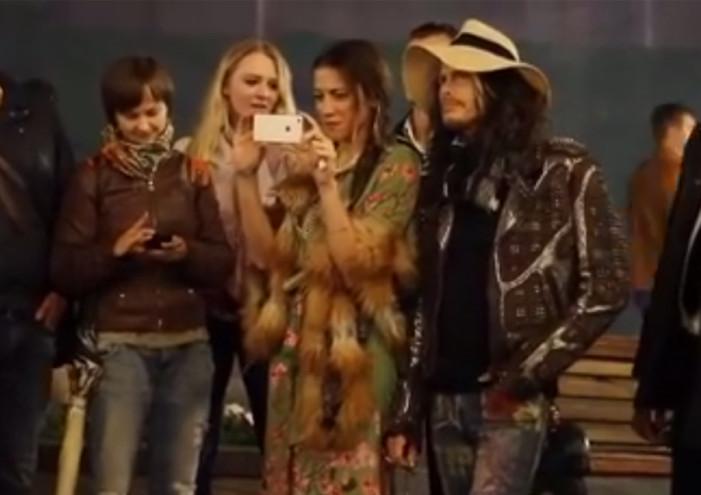 Ο Steven Tyler των Aerosmith κάνει φωνητικά σε πλανόδιο τραγουδιστή (video)