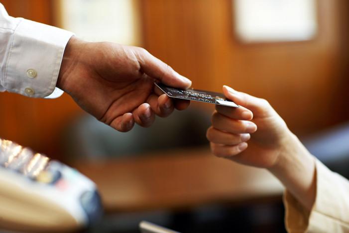 Τριπλασιάστηκε η χρήση καρτών λόγω των capital controls