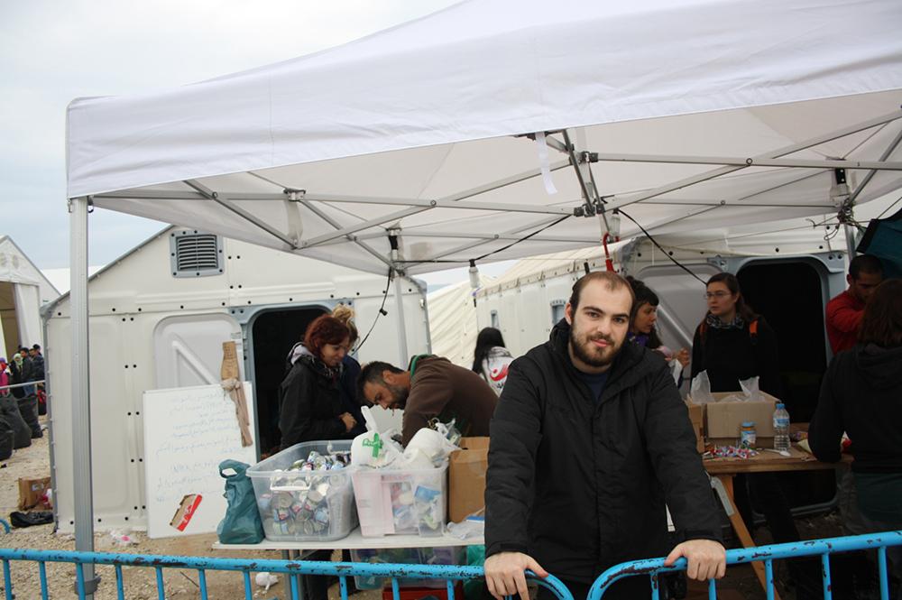 Ο Λευτέρης, εθελοντής από τη Θεσσαλονίκη, μας εξηγεί ότι παρόλο που είναι πολύ δελεαστικό να κάνεις ξεσκαρτάρισμα στο σπίτι αλλά αυτοί οι άνθρωποι χρειάζονται ρούχα και παπούτσια για να αντέξουν στις χώρες ευρωπαϊκού Βορρά που κατευθύνονται. Όχι ταγέρ, ούτε τακούνια…