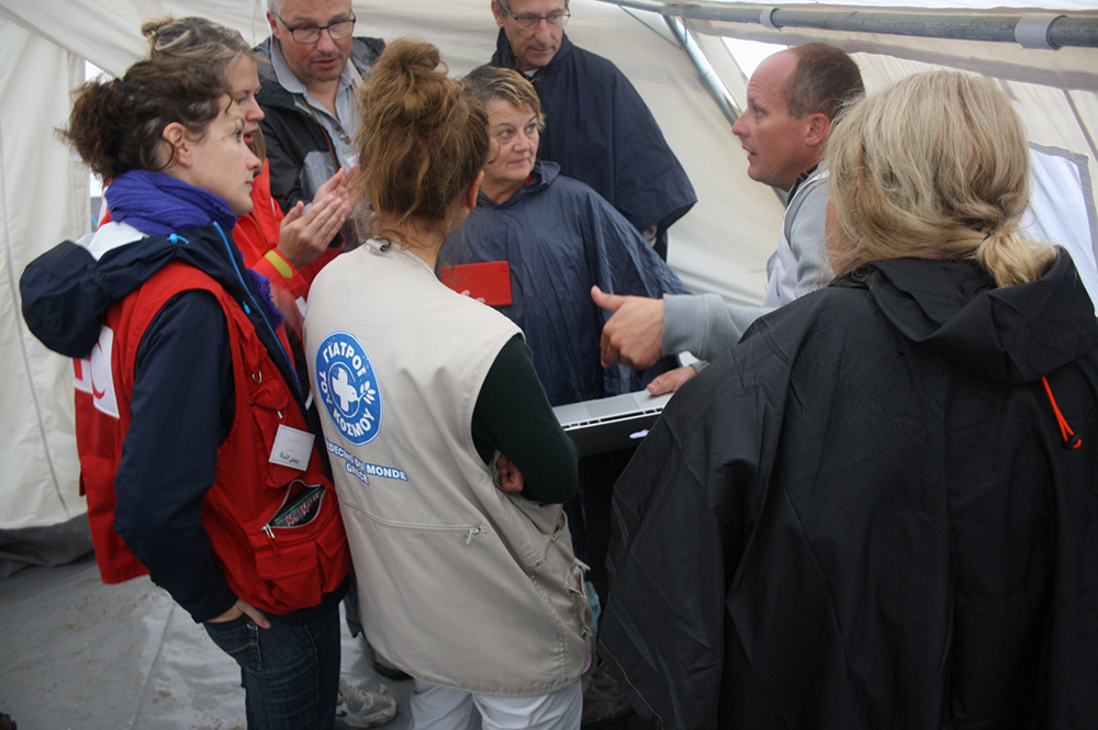 Οι γιατροί όλων των Οργανώσεων συσκέπτονται για θέματα διαχείρισης των προσφύγων. Συντονιστής της κουβέντας ο Τιερί Ντιτουά, μέλος της αποστολής από την Ελβετία. O Τιερί επεσήμανε την έλλειψη ενός κεντρικού οργάνου διοίκησης του καταυλισμού.