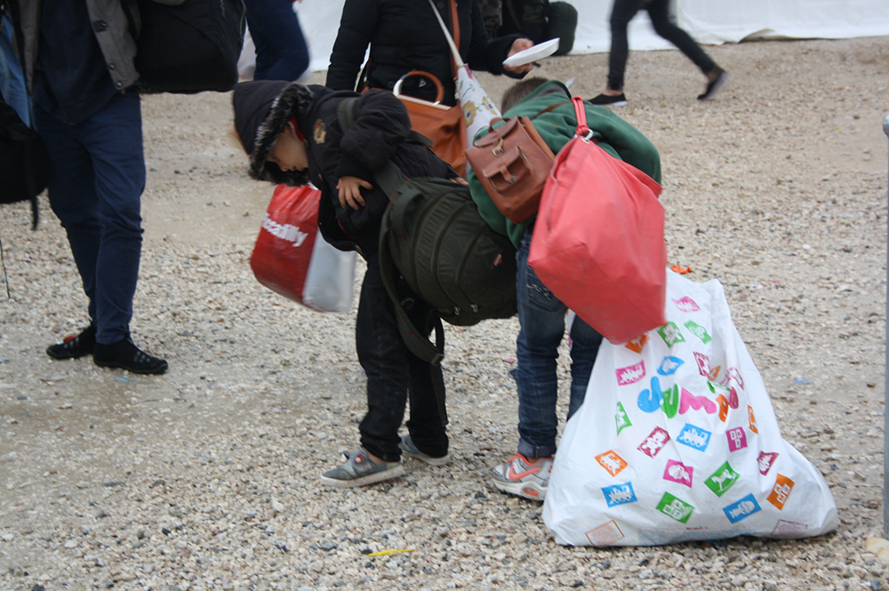Τα παιδιά του Γιαμάν από τη Συριά φορτώνονται ότι μπορούν και ετοιμάζονται να μπουν στη σειρά για την πολυπόθητη έξοδο από την Ελλάδα. Με ρωτάει πού θα χρησιμοποιηθεί η φωτογραφία και μετά μου εξηγεί πως στόχος είναι να φτάσουν σε συγγενείς στην Αυστρία.