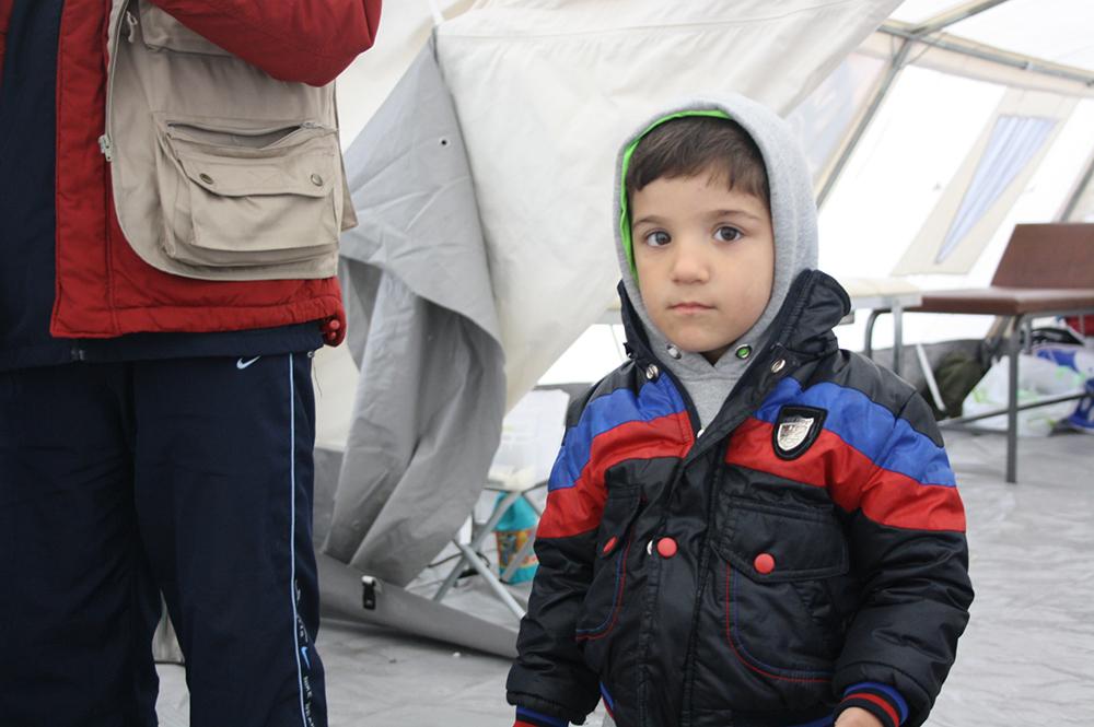 Επτάχρονο παιδάκι από τη Συρία στη σκηνή των Γιατρών του Κόσμου.