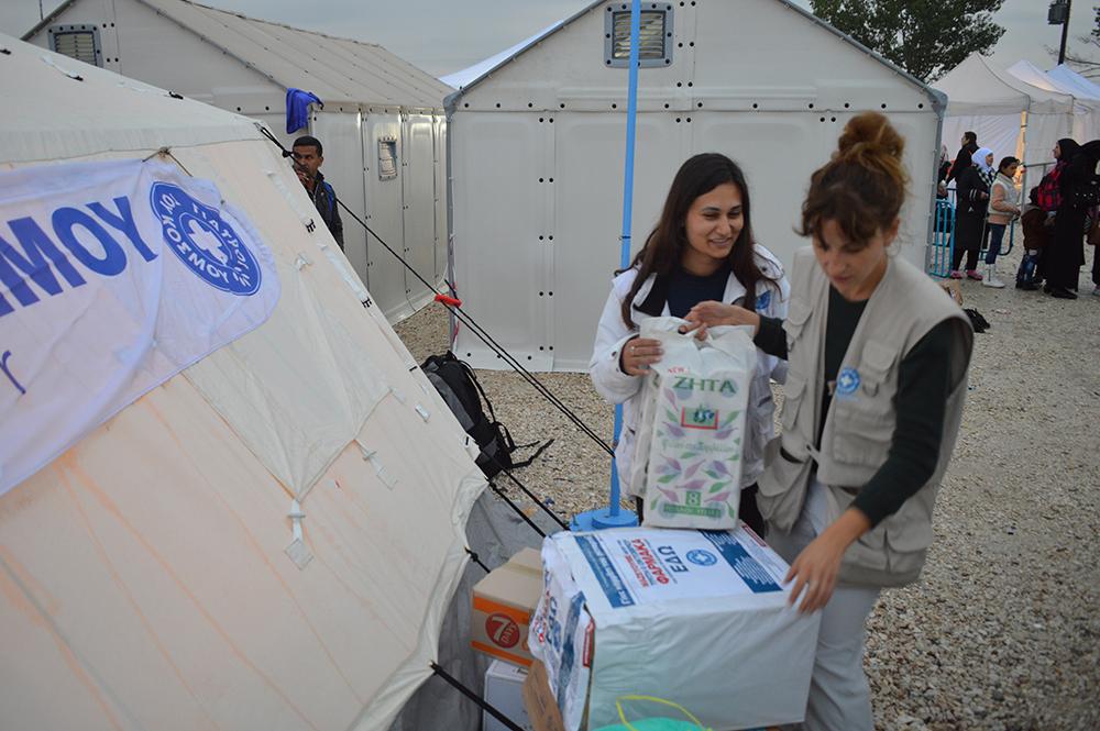 Η Παναγιώτα (αριστερά) και η Κορίνα μερόνυχτα ολόκληρα περιθάλπουν και βοηθούν τους πρόσφυγες στα σύνορα Ελλάδας-Σκοπίων. Εδώ, ξεπακετάρουν τα φάρμακα και τα υπόλοιπα είδη που μαζέψαμε.