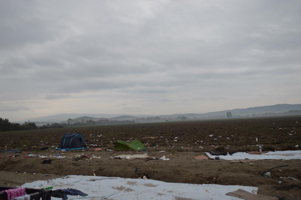 Σκηνές στα χωράφια και κουβέρτες στο χώμα. Τα απομεινάρια της προηγούμενης, τραγικής κατάστασης.