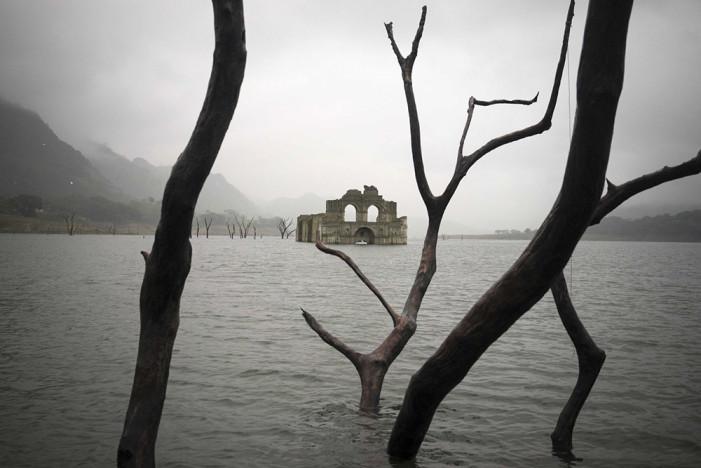 Αλλόκοσμες φωτογραφίες από ναό 400 ετών που αναδύθηκε στην επιφάνεια λίμνης στο Μεξικό