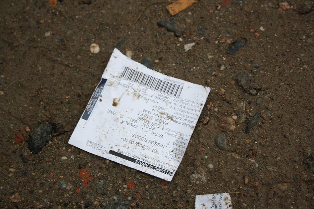 Γεμάτο ακτοπλοϊκά εισιτήρια το λασπωμένο από τη βροχή χώμα, λίγα μέτρα από τα Ελληνοσκοπιανά σύνορα. Ένα κεφάλαιο τελειώνει…