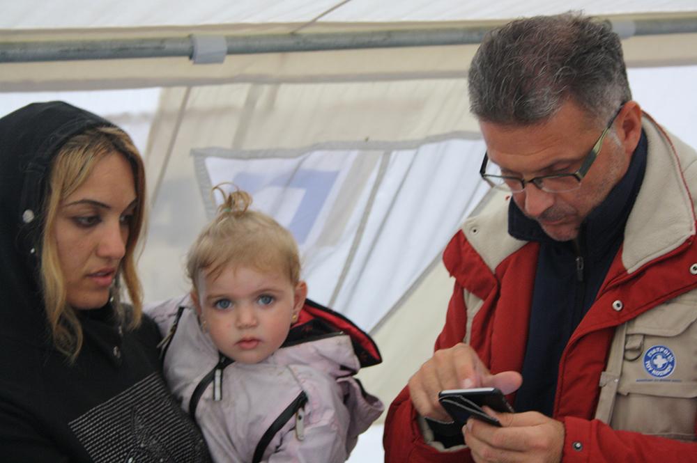 Ο Καστοριανός γιατρός Βασίλης Ναούμ, προσπαθεί μέσω του google translate να δώσει οδηγίες στη Σύρια μητέρα για το πώς θα χορηγεί τη φαρμακευτική αγωγή στην κόρη της.