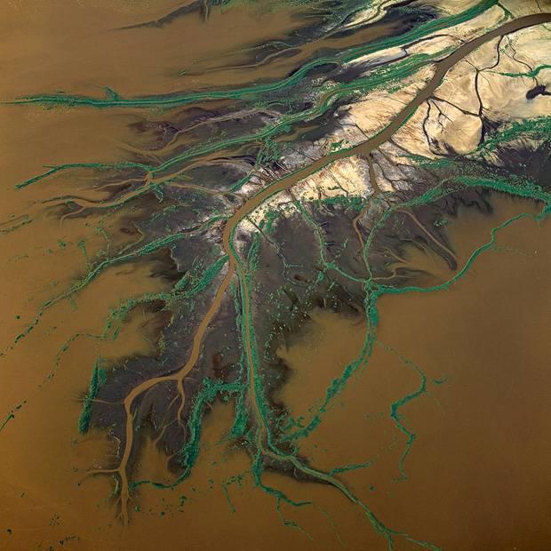 889613_Lake-Natron_Kenya_aerial