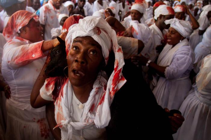 Φωτογράφος καταγράφει σοκαριστικές τελετές βουντού στην Αϊτή (φωτό)