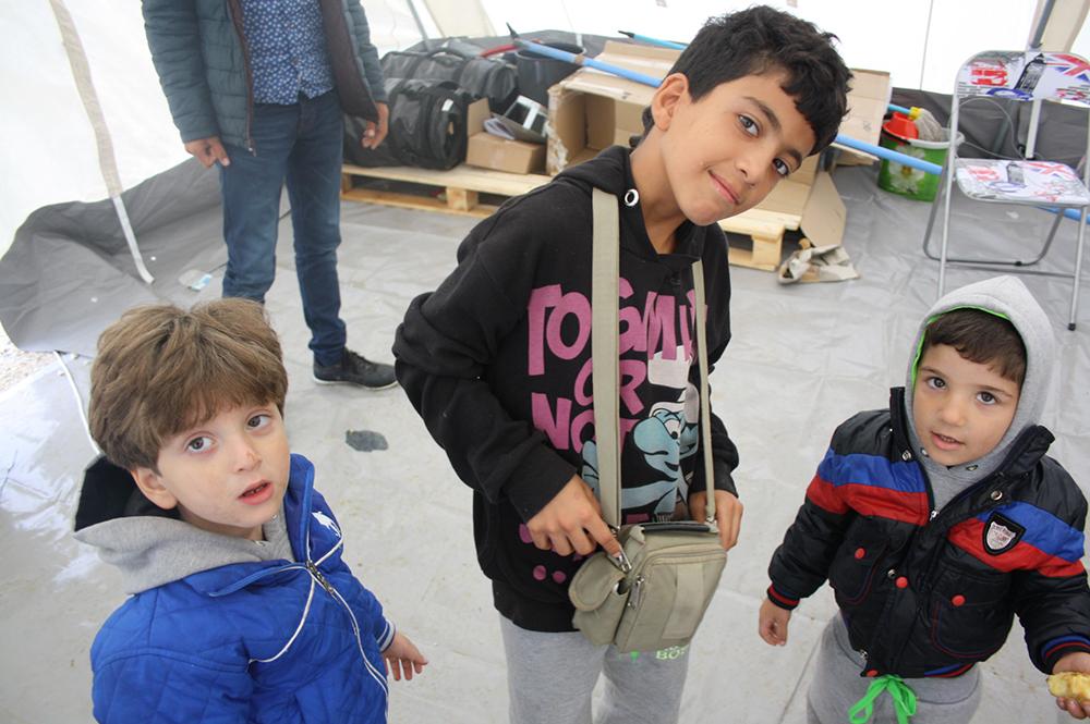 Τρεις πιτσιρικάδες κοιτάνε το φωτογραφικό φακό. Αργότερα τους δώσαμε και μαθήματα φωτογραφίας…