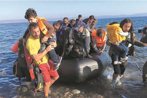 Κουκουλοφόροι με όπλα επιτίθενται σε λέμβους με πρόσφυγες