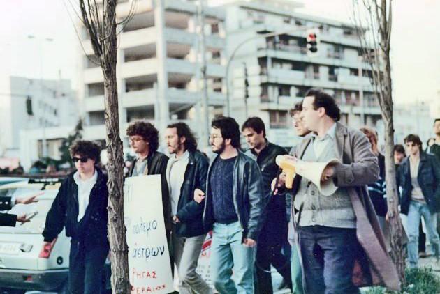 ΟΝίκος Φίλης να διαπραγματεύεται στις 25 Μαρτίου 1986, με τον Αττικάρχη Νίκωνα Αρκουδέα το κλείσιμο της Συγγρού από την ΕΚΟΝ Ρήγας Φεραίος