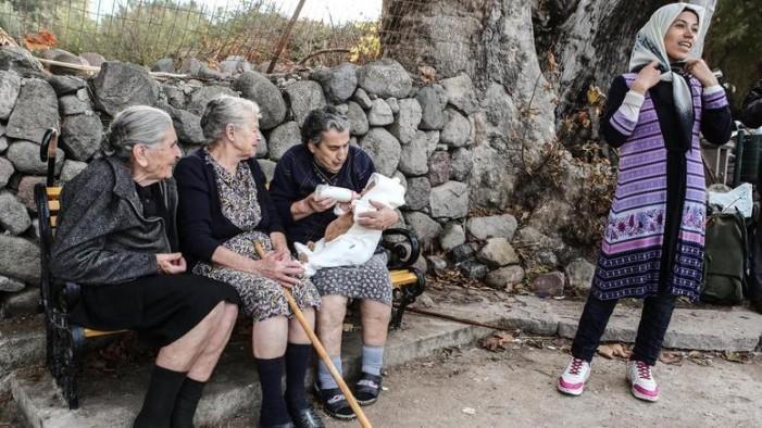 Oι γιαγιάδες της Λέσβου που τάισαν το προσφυγόπουλο μιλάνε για την πράξη τους