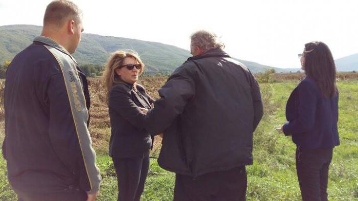 Η Ολυμπία Τελιγιορίδου στους πληγέντες φασουλοπαραγωγούς στη Χαλάρα