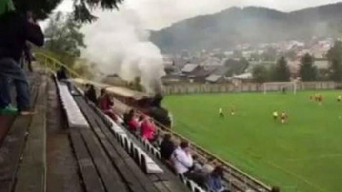 Tρένο περνάει μέσα από το γήπεδο την ώρα του αγώνα! (Video)