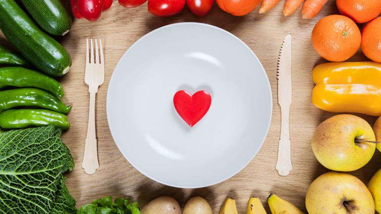 Είστε άνω των 50; Ποια τρόφιμα να περιορίσετε για να μη σας «προδώσει» η καρδιά σας