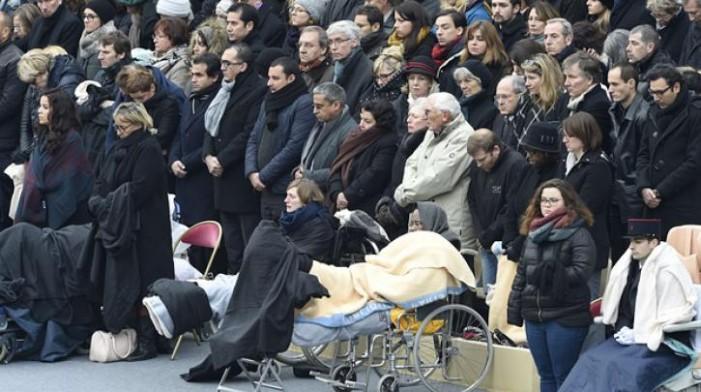 Η Γαλλία τίμησε τα θύματα στο Παρίσι