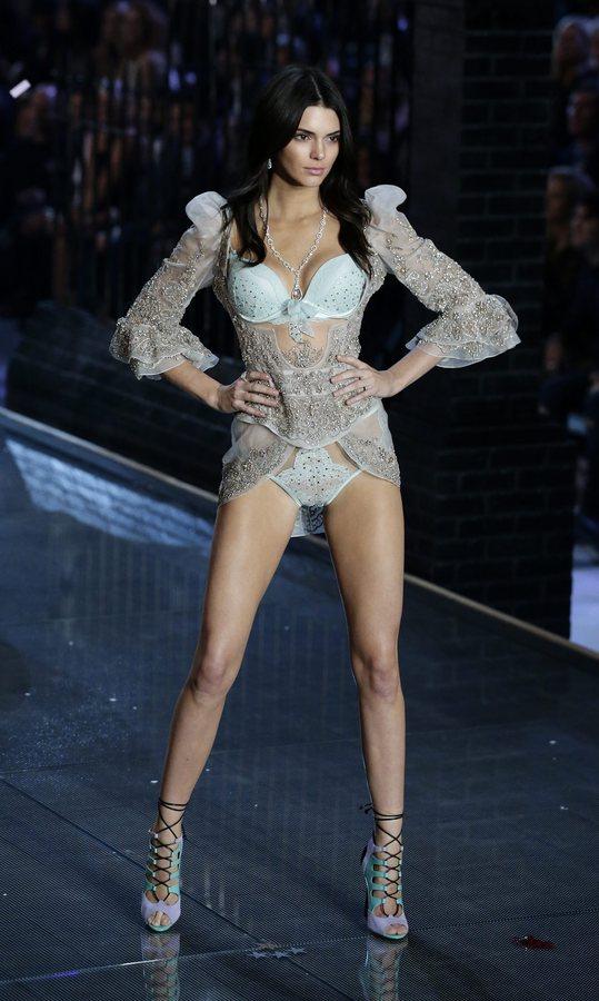 epa05020001 US model Kendall Jenner walks down the runway during the 2015 Victoria's Secret fashion show at the Lexington Armory in New York, New York, USA, 10 November 2015.  EPA/JASON SZENES