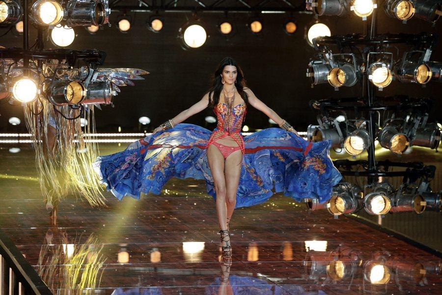 epa05020006 US model Kendall Jenner walks down the runway during the 2015 Victoria's Secret fashion show at the Lexington Armory in New York, New York, USA, 10 November 2015.  EPA/JASON SZENES