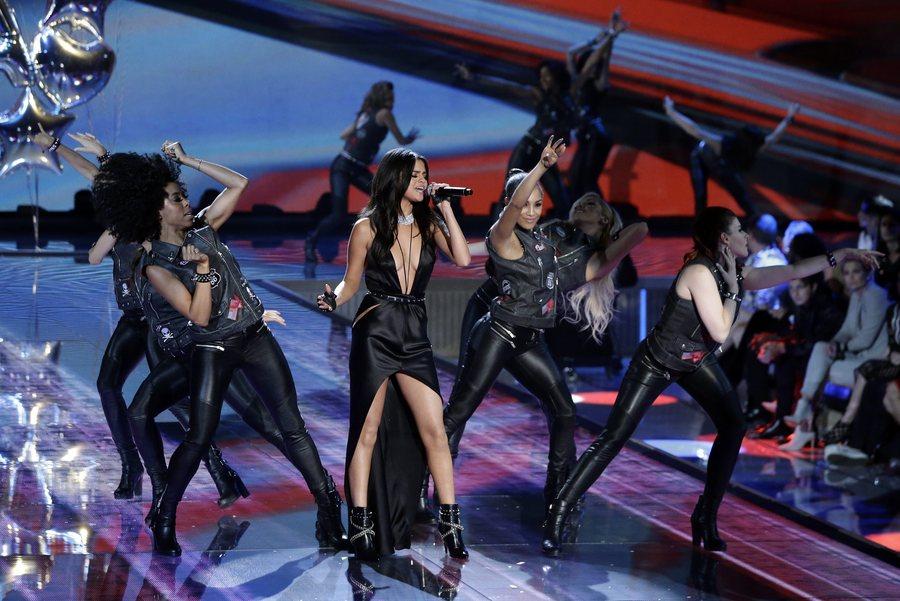 epa05020026 US singer Selena Gomez (C) performs on the runway during the 2015 Victoria's Secret fashion show at the Lexington Armory in New York, New York, USA, 10 November 2015.  EPA/JASON SZENES