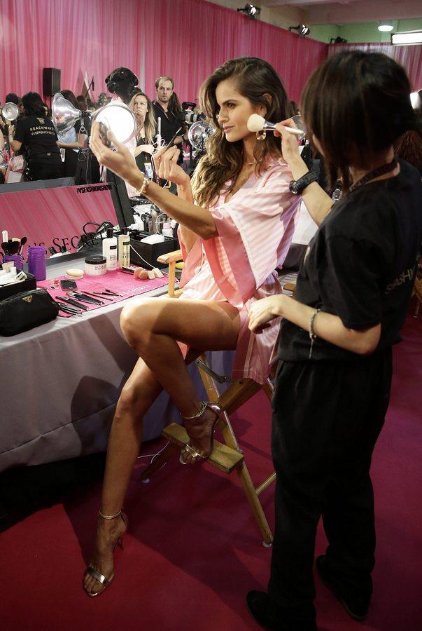 epa05019840 Brazilian Victoria's Secret model Izabel Goulart poses backstage during hair and make-up before the start of the 2015 Victoria's Secret fashion show at the Lexington Armory in New York, USA, 10 November 2015.  EPA/JASON SZENES