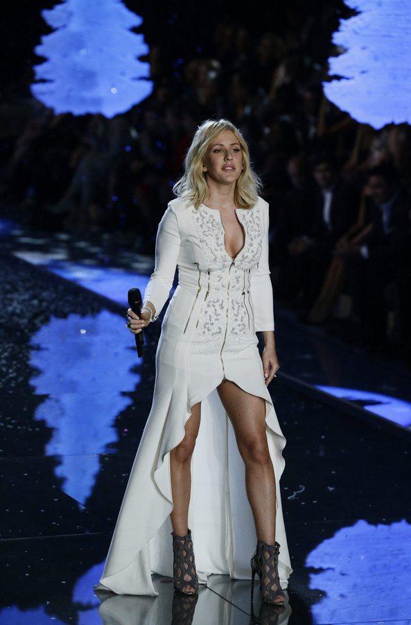 epa05020165 English singer Ellie Goulding performs during the 2015 Victoria's Secret fashion show at the Lexington Armory in New York, USA, 10 November 2015.  EPA/JASON SZENES
