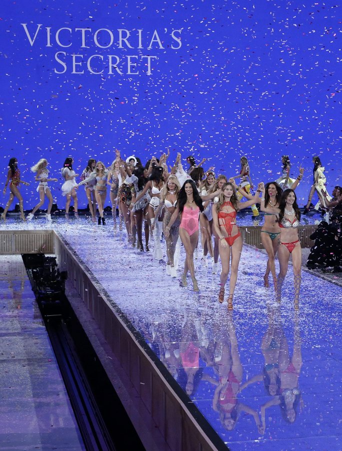 epa05020204 Victoria's Secret models and their musical guests cheer at the conclusion the 2015 Victoria's Secret fashion show at the Lexington Armory in New York, New York, USA, 10 November 2015.  EPA/JASON SZENES