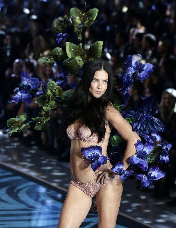 epa05020134 Brazilian Victoria's Secret model Adriana Lima walks down the runway during the 2015 Victoria's Secret fashion show at the Lexington Armory in New York, USA, 10 November 2015.  EPA/JASON SZENES