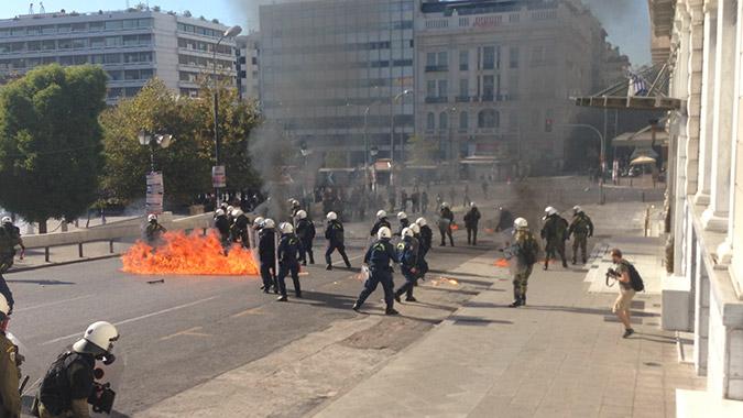 Επεισόδια στο κέντρο της Αθήνας: Βροχή από μολότοφ στο Σύνταγμα