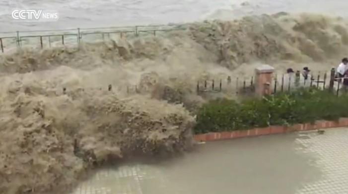 Η σοκαριστική στιγμή με τα ορμητικά κύματα να «εξαφανίζουν» 20 ανθρώπους (βίντεο)