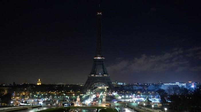 Έσβησαν τα φώτα στον πύργο του Άιφελ σε ένδειξη πένθους
