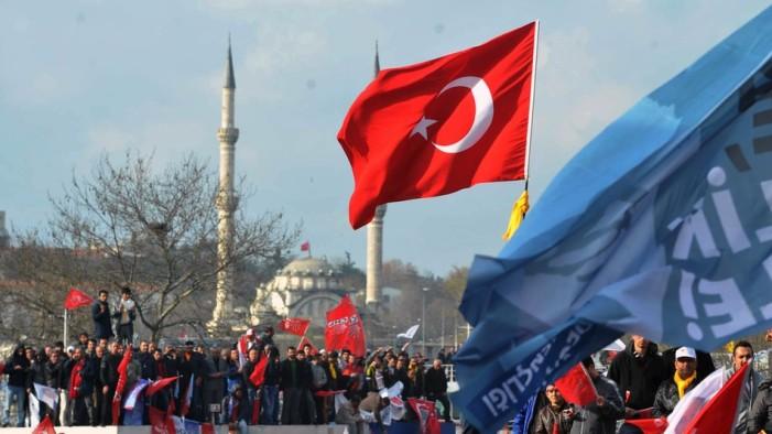 Στις κάλπες οι Τούρκοι σε βαρύ κλίμα