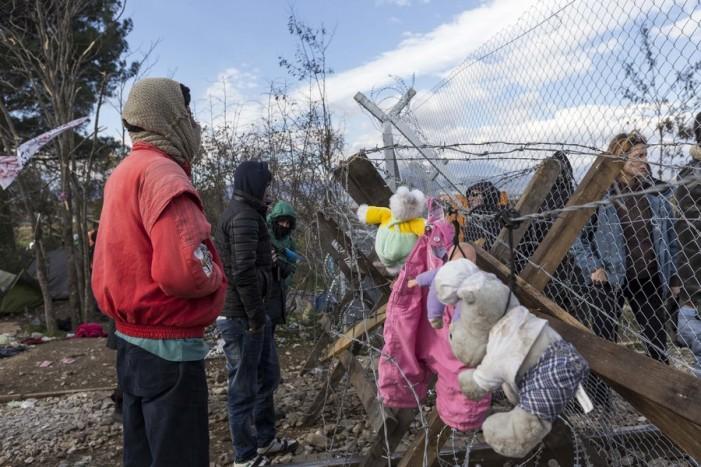 Η απάντηση των μεταναστών στον φράχτη στην Ειδομένη -Κρεμούν πάνω του κούκλες και παιχνίδια (εικόνες)