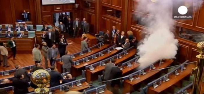 Για πολλοστή φορά δακρυγόνο μέσα στη Βουλή του Κοσόβου