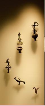 Πάνω δεξιά το έκθεμα στο Αρχαιολογικό μουσείο Άργους