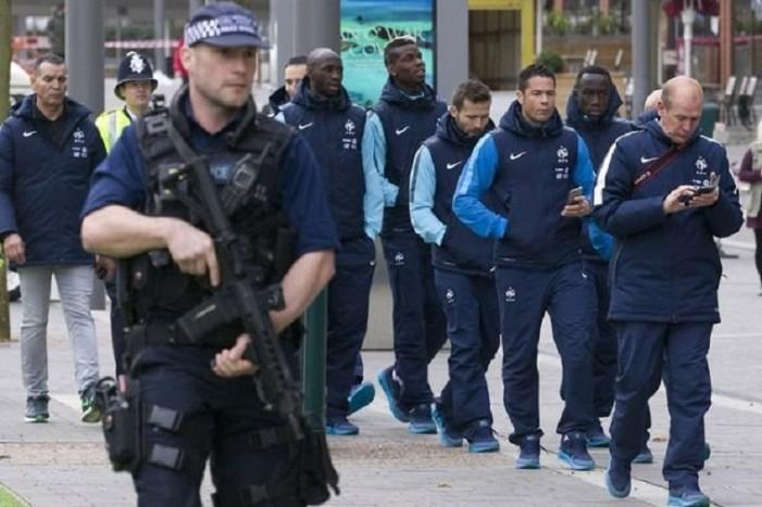 Παρουσία βαριά οπλισμένων αστυνομικών η βόλτα των Γάλλων διεθνών