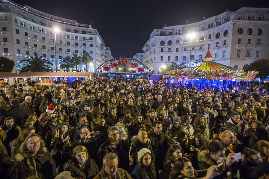 Κόσμος παρακολουθεί την εκδήλωση για την φωταγώγηση του Χριστουγεννιάτικου δέντρου στην πλατεία Αριστοτέλους, Παρασκευή 11 Δεκεμβρίου 2015. Με πυροτεχνήματα και το Last Christmas των Wham! φωταγωγήθηκε το Χριστουγεννιάτικο δέντρο από τον δήμαρχο Θεσσαλονίκης Γιάννη Μπουτάρη και τον πρόεδρο του ΕΕΘ Μιχάλη Ζορπίδη. Τον στολισμό της πλατείας ανέλαβε το Επαγγελματικό Επιμελητήριο Θεσσαλονίκης, το οποίο δαπάνησε 150.000 ευρώ για τον διάκοσμο αλλά και τη λειτουργία των λούνα παρκ με παγοδρόμιο, παγοτσουλήθρα, Καρουζέλ και άλλα παιχνίδια. ΑΠΕ-ΜΠΕ/ΑΠΕ-ΜΠΕ/ΝΙΚΟΣ ΑΡΒΑΝΙΤΙΔΗΣ