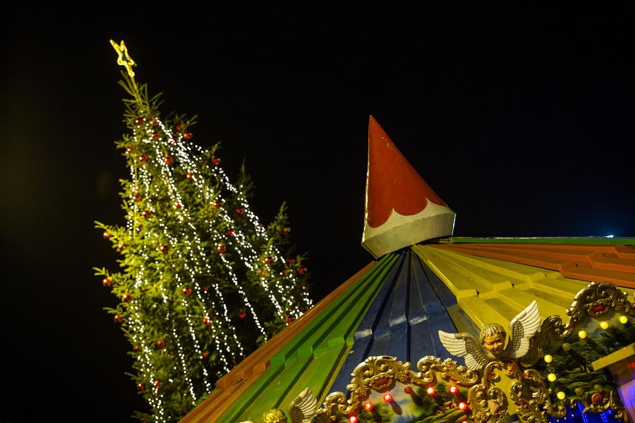 Το Χριστουγεννιάτικο δέντρο φωταγωγημένο στην πλατεία Αριστοτέλους, Παρασκευή 11 Δεκεμβρίου 2015. Με πυροτεχνήματα και το Last Christmas των Wham! φωταγωγήθηκε το Χριστουγεννιάτικο δέντρο από τον δήμαρχο Θεσσαλονίκης Γιάννη Μπουτάρη και τον πρόεδρο του ΕΕΘ Μιχάλη Ζορπίδη. Τον στολισμό της πλατείας ανέλαβε το Επαγγελματικό Επιμελητήριο Θεσσαλονίκης, το οποίο δαπάνησε 150.000 ευρώ για τον διάκοσμο αλλά και τη λειτουργία των λούνα παρκ με παγοδρόμιο, παγοτσουλήθρα, Καρουζέλ και άλλα παιχνίδια. ΑΠΕ-ΜΠΕ/ΑΠΕ-ΜΠΕ/ΝΙΚΟΣ ΑΡΒΑΝΙΤΙΔΗΣ