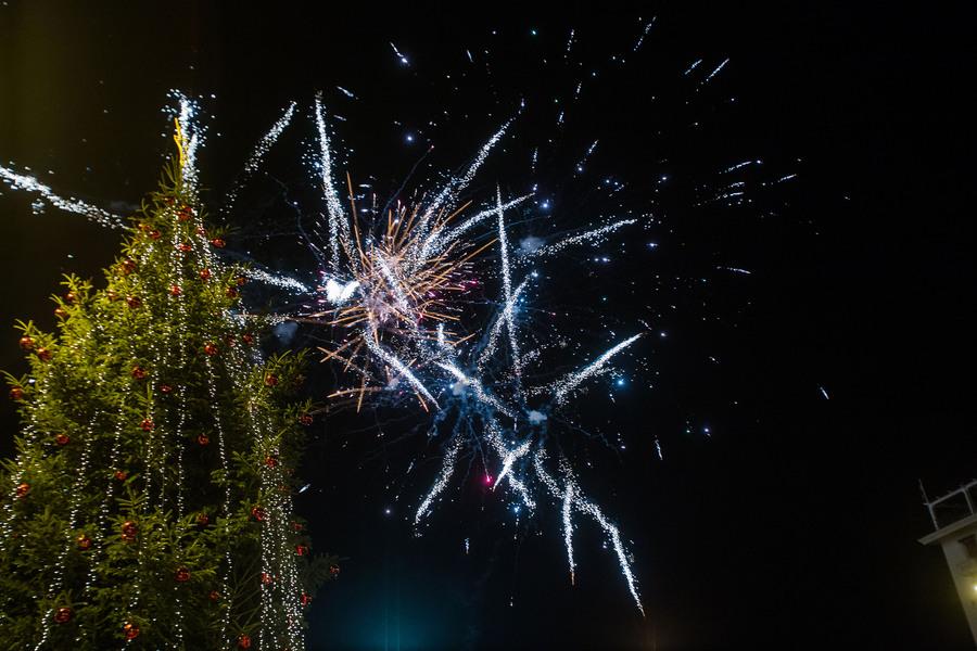 Πυροτεχνήματα στην εκδήλωση για την φωταγώγηση του Χριστουγεννιάτικου δέντρου στην πλατεία Αριστοτέλους, Παρασκευή 11 Δεκεμβρίου 2015. Με πυροτεχνήματα και το Last Christmas των Wham! φωταγωγήθηκε το Χριστουγεννιάτικο δέντρο από τον δήμαρχο Θεσσαλονίκης Γιάννη Μπουτάρη και τον πρόεδρο του ΕΕΘ Μιχάλη Ζορπίδη. Τον στολισμό της πλατείας ανέλαβε το Επαγγελματικό Επιμελητήριο Θεσσαλονίκης, το οποίο δαπάνησε 150.000 ευρώ για τον διάκοσμο αλλά και τη λειτουργία των λούνα παρκ με παγοδρόμιο, παγοτσουλήθρα, Καρουζέλ και άλλα παιχνίδια. ΑΠΕ-ΜΠΕ/ΑΠΕ-ΜΠΕ/ΝΙΚΟΣ ΑΡΒΑΝΙΤΙΔΗΣ