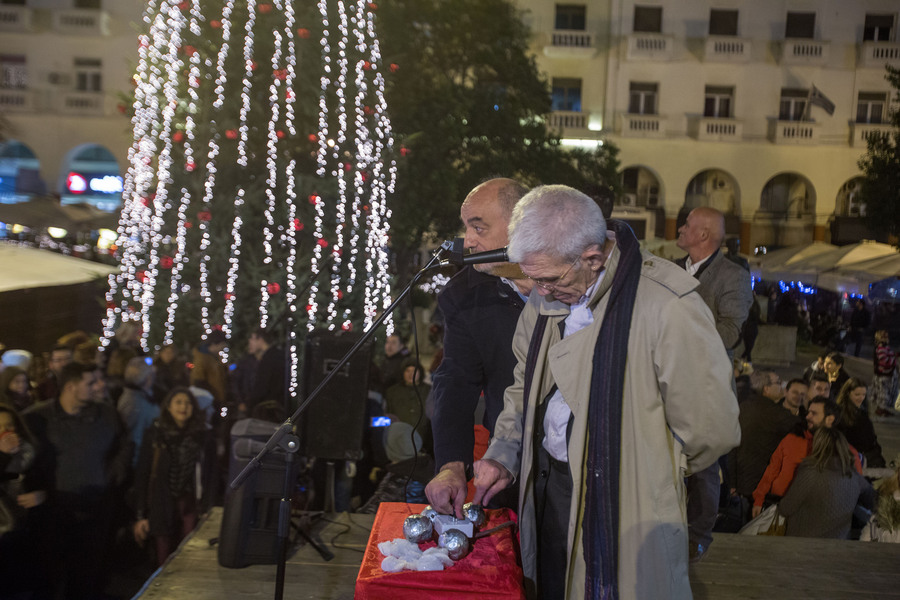 Ο δήμαρχος Θεσσαλονίκης Γιάννης Μπουτάρης (Δ) και ο πρόεδρος του ΕΕΘ Μιχάλης Ζορπίδης (Α) δίνουν την έναρξη της φωταγώγησης του Χριστουγεννιάτικου δέντρου στην πλατεία Αριστοτέλους, Παρασκευή 11 Δεκεμβρίου 2015. Με πυροτεχνήματα και το Last Christmas των Wham! φωταγωγήθηκε το Χριστουγεννιάτικο δέντρο από τον δήμαρχο Θεσσαλονίκης Γιάννη Μπουτάρη και τον πρόεδρο του ΕΕΘ Μιχάλη Ζορπίδη. Τον στολισμό της πλατείας ανέλαβε το Επαγγελματικό Επιμελητήριο Θεσσαλονίκης, το οποίο δαπάνησε 150.000 ευρώ για τον διάκοσμο αλλά και τη λειτουργία των λούνα παρκ με παγοδρόμιο, παγοτσουλήθρα, Καρουζέλ και άλλα παιχνίδια. ΑΠΕ-ΜΠΕ/ΑΠΕ-ΜΠΕ/ΝΙΚΟΣ ΑΡΒΑΝΙΤΙΔΗΣ