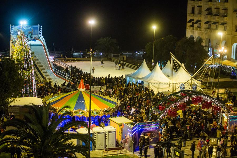 Κόσμος στην εκδήλωση για την φωταγώγηση του Χριστουγεννιάτικου δέντρου στην πλατεία Αριστοτέλους, Παρασκευή 11 Δεκεμβρίου 2015. Με πυροτεχνήματα και το Last Christmas των Wham! φωταγωγήθηκε το Χριστουγεννιάτικο δέντρο από τον δήμαρχο Θεσσαλονίκης Γιάννη Μπουτάρη και τον πρόεδρο του ΕΕΘ Μιχάλη Ζορπίδη. Τον στολισμό της πλατείας ανέλαβε το Επαγγελματικό Επιμελητήριο Θεσσαλονίκης, το οποίο δαπάνησε 150.000 ευρώ για τον διάκοσμο αλλά και τη λειτουργία των λούνα παρκ με παγοδρόμιο, παγοτσουλήθρα, Καρουζέλ και άλλα παιχνίδια. ΑΠΕ-ΜΠΕ/ΑΠΕ-ΜΠΕ/ΝΙΚΟΣ ΑΡΒΑΝΙΤΙΔΗΣ