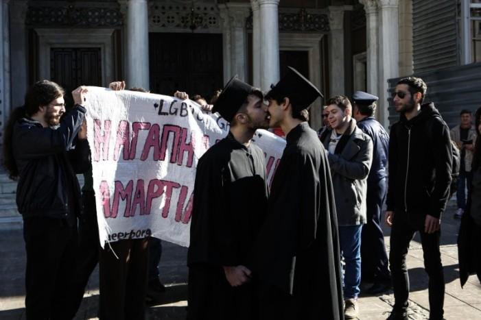 Φιλιά διαμαρτυρίας και αντιδράσεις έξω από την Μητρόπολη στην Αθήνα
